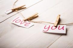Carte de jour de valentines avec des coeurs et des mots de l'amour Images libres de droits