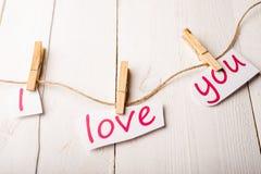 Carte de jour de valentines avec des coeurs et des mots de l'amour Images stock