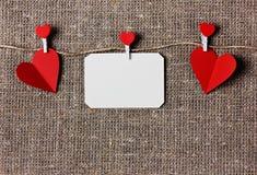 Carte de jour de valentines avec des coeurs sur renvoyer ou un fond de toile de jute ou de toile de jute Image stock