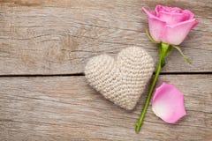 Carte de jour de valentines avec la rose de rose et le coeur handmaded de jouet Photo libre de droits