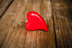 Carte de jour de valentines avec le coeur rouge sur le fond en bois Image libre de droits