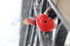 Carte de jour de valentines, cadenas d'amour, en forme de coeur, dans l'horaire d'hiver Images stock