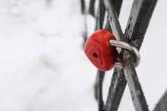 Carte de jour de valentines, cadenas d'amour, en forme de coeur, dans l'horaire d'hiver Photo stock
