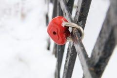 Carte de jour de valentines, cadenas d'amour, en forme de coeur, dans l'horaire d'hiver Photos stock
