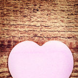 Carte de jour de valentines de vintage avec le coeur de papier sur le Ba en bois rustique Images stock