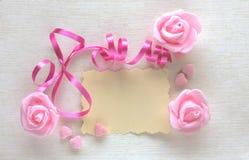 Carte de jour du ` s de femmes, blanc de ruban, rose et de papier rose Photographie stock libre de droits