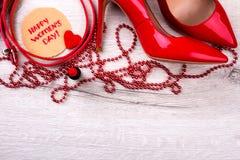 Carte de jour du ` s de femmes près des chaussures Image stock