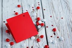 Carte de jour du ` s de Valentine avec de petits coeurs et sucrerie blanche rouge Images stock