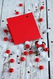 Carte de jour du ` s de Valentine avec de petits coeurs et sucrerie blanche rouge Photos stock