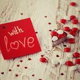 Carte de jour du ` s de Valentine avec de petits coeurs et sucrerie blanche rouge tonalité de l'image Image stock