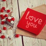 Carte de jour du ` s de Valentine avec de petits coeurs et sucrerie blanche rouge tonalité de l'image Photo stock