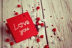 Carte de jour du ` s de Valentine avec de petits coeurs et sucrerie blanche rouge tonalité de l'image Photographie stock