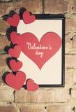Carte de jour du ` s de Valentine avec le cadre de coeurs Image libre de droits