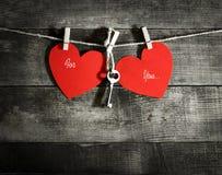 Carte de jour du ` s de Valentine avec les coeurs de papier Photos stock