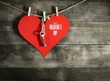 Carte de jour du ` s de Valentine avec les coeurs de papier Photographie stock libre de droits