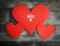 Carte de jour du ` s de Valentine avec les coeurs de papier Photographie stock