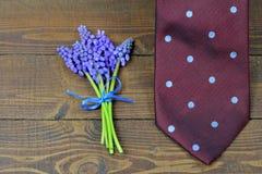 Carte de jour de pères Lien et fleurs de jour de pères Images libres de droits
