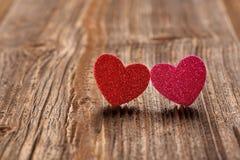 Carte de jour de valentines avec deux coeurs et espace vide pour le texte Image stock
