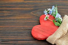 Carte de jour de valentines avec le coeur et les fleurs Photos stock