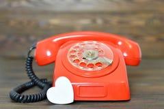 Carte de jour de valentines avec le rétro téléphone et le coeur Photos libres de droits