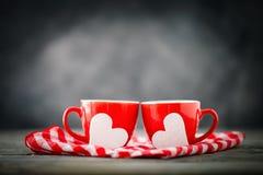 Carte de jour de Valentines Jour du `s de mère La vie toujours de deux tasses de café et de coeurs Foyer sélectif, fond avec la c Photographie stock libre de droits