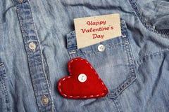 Carte de jour de valentines de salutation dans la poche de chemise et de rouge de denim il Photos libres de droits