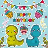Carte de joyeux anniversaire avec des dinosaures de Kawaii, des gâteaux, des drapeaux donnants un petit coup et des confettis illustration de vecteur