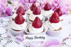 Carte de joyeux anniversaire avec des petits gâteaux de fraises Photos stock