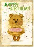 Carte de joyeux anniversaire avec l'ours d'amusement et gâteau dans le grunge Image libre de droits