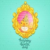 Carte de joyeux anniversaire avec un oiseau dans le cadre. Image stock