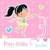 Carte de joyeux anniversaire - petite fille adorable de ballerine - fond rose avec des points et des coeurs Photographie stock libre de droits
