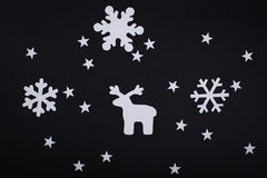 Carte de Joyeux Noël avec des décorations de flocon de neige dans la coupe de papier Photographie stock