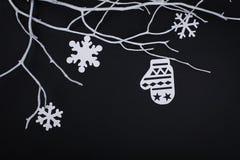 Carte de Joyeux Noël avec des décorations de flocon de neige dans la coupe de papier Images libres de droits