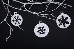 Carte de Joyeux Noël avec des décorations de flocon de neige dans la coupe de papier Image stock