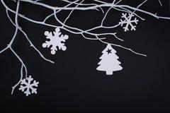 Carte de Joyeux Noël avec des décorations de flocon de neige dans la coupe de papier Images stock