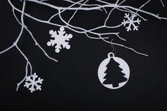 Carte de Joyeux Noël avec des décorations de flocon de neige dans la coupe de papier Photos stock