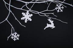 Carte de Joyeux Noël avec des décorations de flocon de neige dans la coupe de papier Photo stock