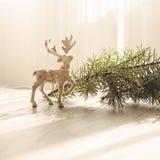 Carte de Joyeux Noël avec des décorations de deerchristmas de Noël au-dessus de fond grunge images stock