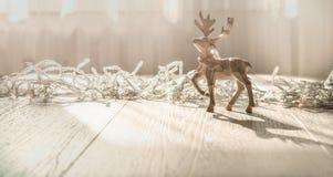 Carte de Joyeux Noël avec des décorations de deerchristmas de Noël au-dessus de fond grunge image libre de droits