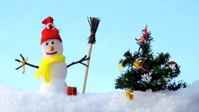 Carte de Joyeux Noël, bonhomme de neige avec l'arbre de Noël en parc d'hiver, salutation de Noël clips vidéos