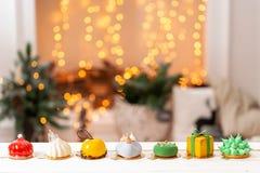 Carte de Joyeux Noël Variété de gâteaux délicieux doux Branches de sapin sur un fond gris Carte de Joyeux Noël neuf images libres de droits