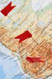 Carte de l'Amérique avec les indicateurs rouges Photos stock