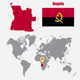 Carte de l'Angola sur une carte du monde avec l'indicateur de drapeau et de carte Illustration de vecteur Image libre de droits