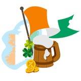 Carte de l'Irlande, drapeau, une tasse de bière Photo stock