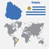 Carte de l'Uruguay sur une carte du monde avec l'indicateur de drapeau et de carte Illustration de vecteur illustration stock