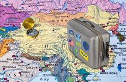 Carte de la Chine et cas de voyage avec des autocollants mes photos Image libre de droits