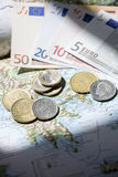 Carte de la Grèce avec les euros et la drachme là-dessus Photographie stock libre de droits