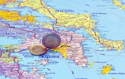 Carte de la Grèce et des euro pièces de monnaie Photos stock