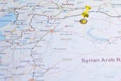 Carte de la Syrie avec le tsvaeta de routes rouge et marqué avec une goupille dans le Se Photographie stock libre de droits