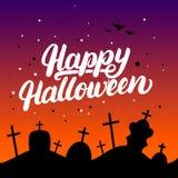 Carte de lettrage écrite par main heureuse de Halloween avec des battes et des silhouettes des tombes dans le cimetière Photographie stock